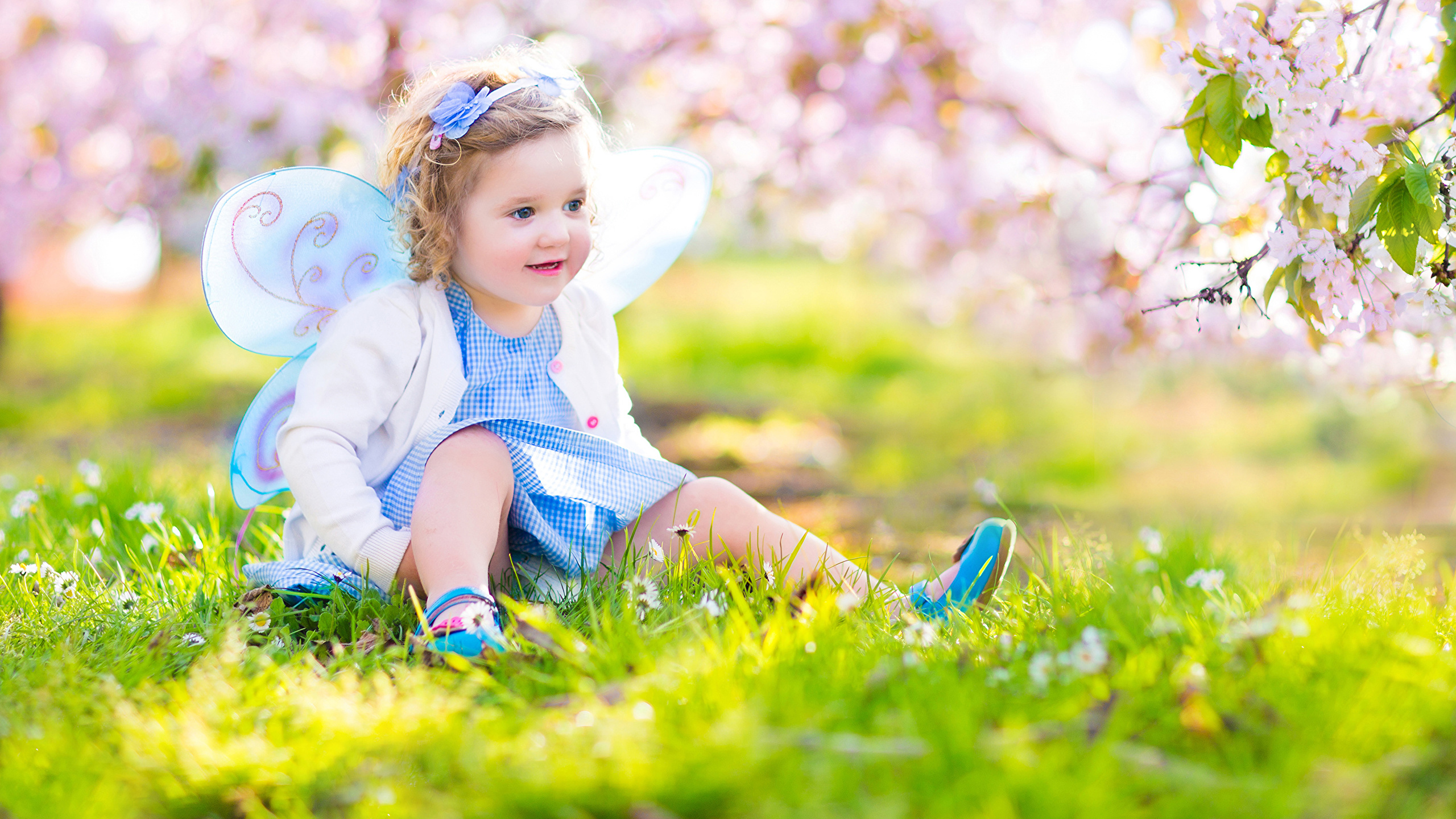 butterflies_spring_fairies_little_girls_sitting_524944_2560x1440